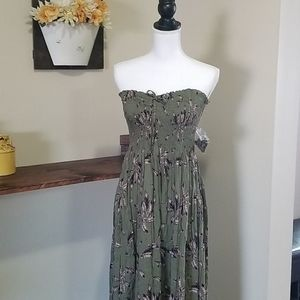 Maxi green dress with feather print